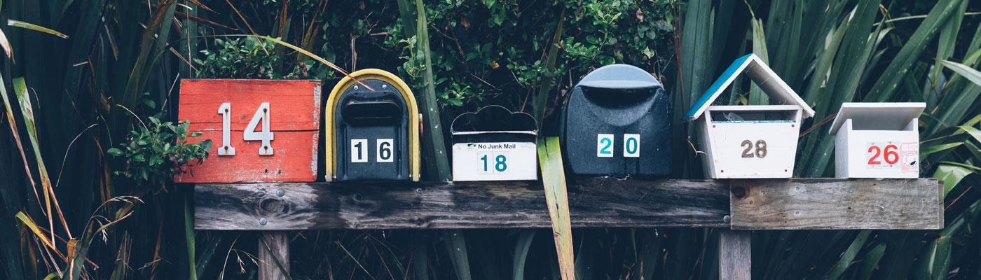 Mehrere Briefkästen in einer Reihe