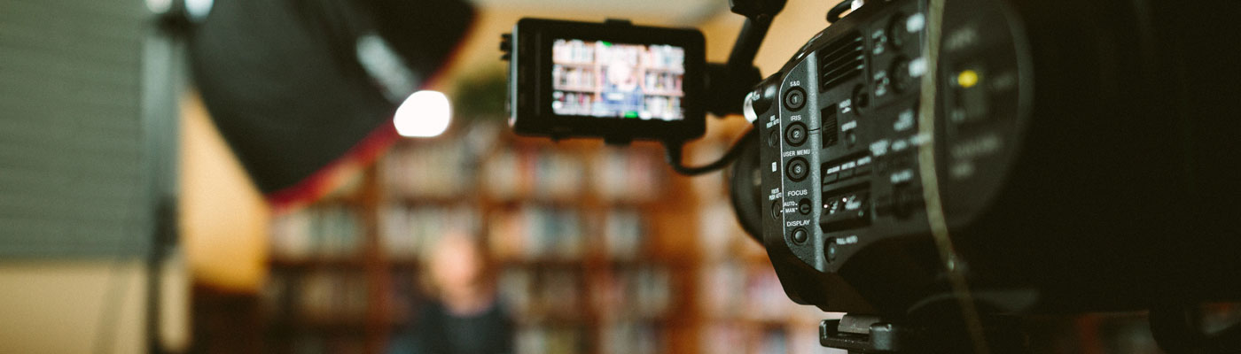 Eine Kamara zeigt auf einen Interviewpartner